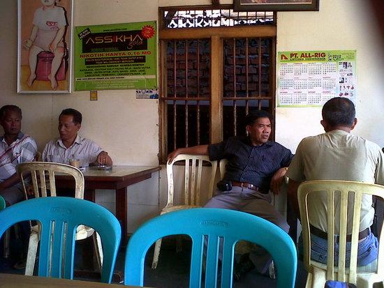 Bapak-bapak Balikpapan sedang bersantai di warung kopi
