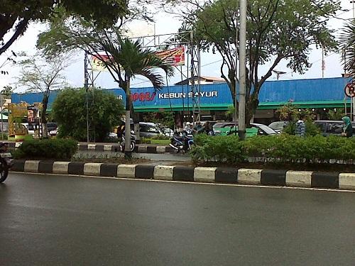 Petunjuk nama Pasar Inpres Kebun Sayur terlihat jelas di pinggir jalan raya, Balikpapan