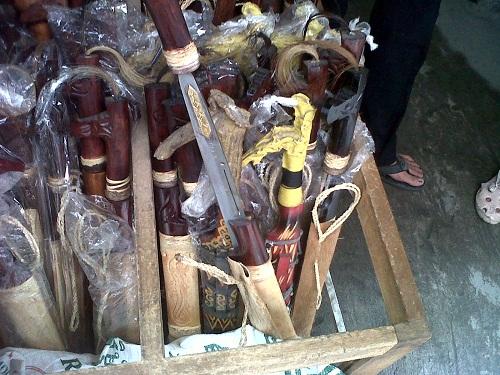 Mandau – senjata tradisional Suku Dayak di Pasar Sayur