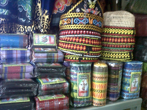 Sarung songket dan penutup kepala khas Kalimantan