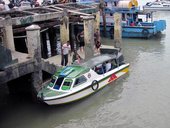 Speed boat di pelabuhan