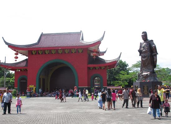 Sam Poo Kong - Sang Laksamana di tengah para pengunjung