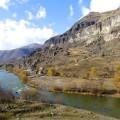 Vardzia Cave City yang berlokasi di pinggir sungai