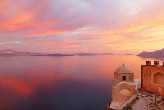 Gradasi warna yang fenomenal saat sunset di Santorini