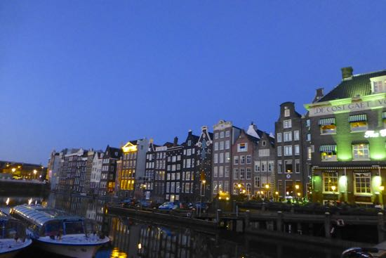 Pemandangan malam hari kota Amsterdam