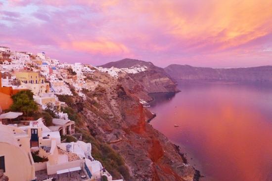 Pink sunset yang manis di Santorini