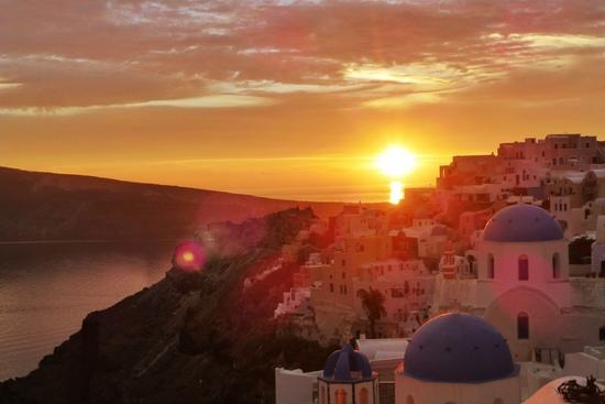 Salah satu keindahan Santorini muncul saat sunset