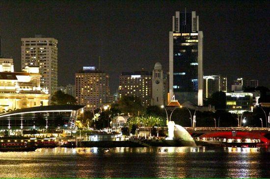 Pemandangan kota Singapura di malam hari